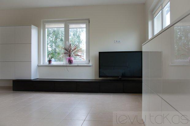 Balti svetainės kambario baldai