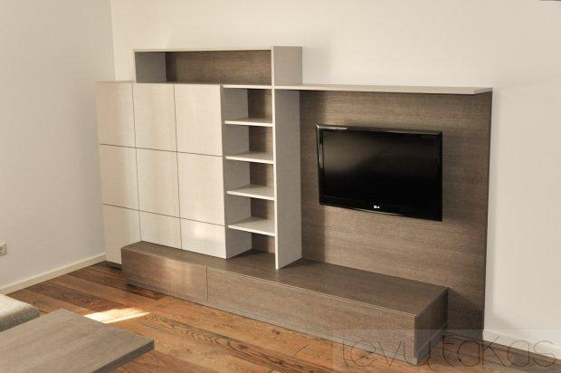 Televizorius tarp baldų